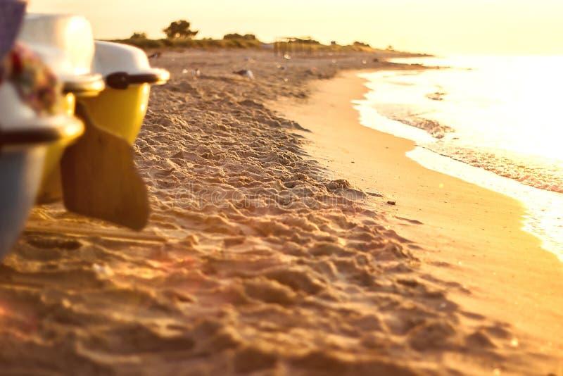 Carta da parati del fondo di feste di vacanza Bella alba di arte sopra la spiaggia soleggiata tropicale con la barca fotografie stock