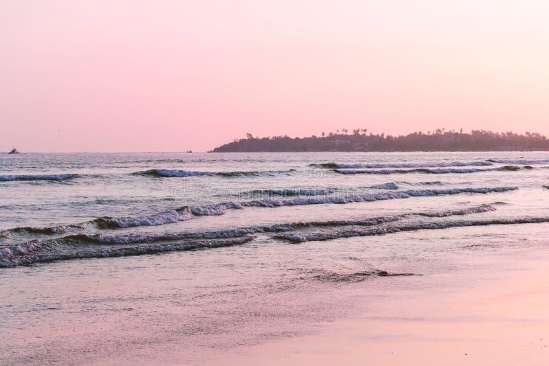 Carta da parati di vista della spiaggia, tramonto alla spiaggia Foto vaga con il fuoco molle fotografia stock libera da diritti