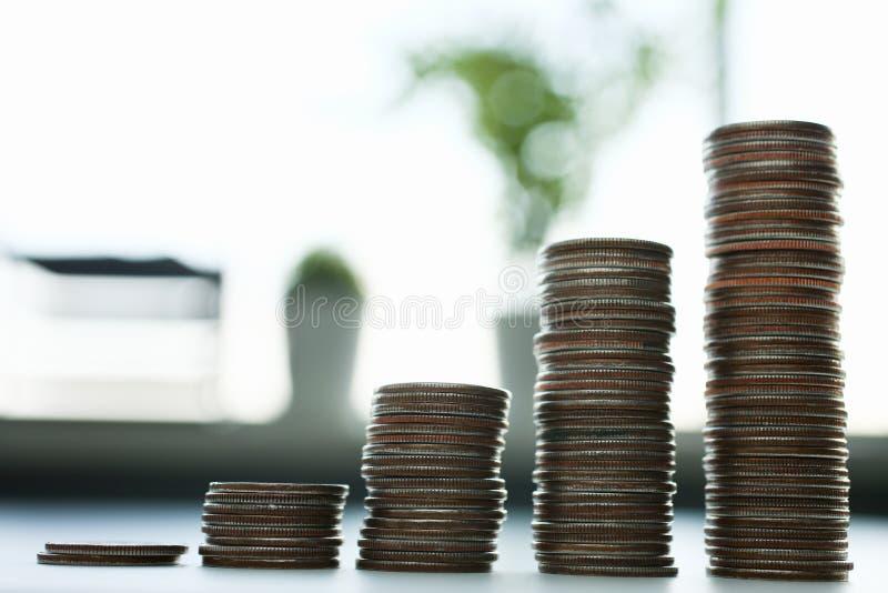 Carta das moedas que encontram-se na tabela no escritório imagem de stock