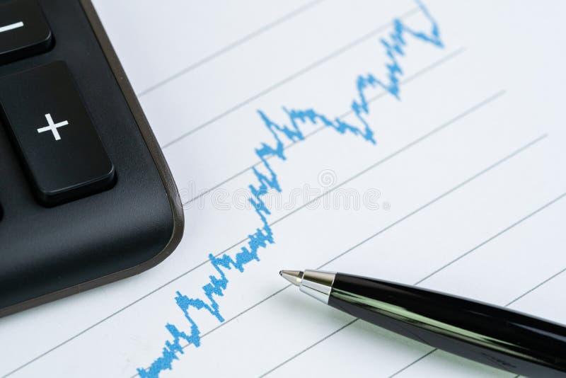 Carta de crescimento da cotação das ações com calculadora e pena usando-se como a análise financeira, o relatório de mercado cons imagem de stock