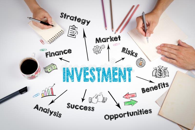Carta de la inversión, concepto La reunión en la tabla blanca de la oficina imagen de archivo libre de regalías