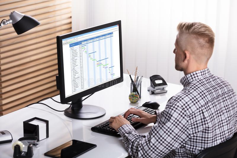 Carta de Working On Gantt do homem de negócios imagem de stock royalty free