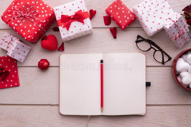 Carta del blocco note dello schermo in bianco con il contenitore di regalo di San Valentino, fondo di celebrazione di San Valenti fotografia stock libera da diritti