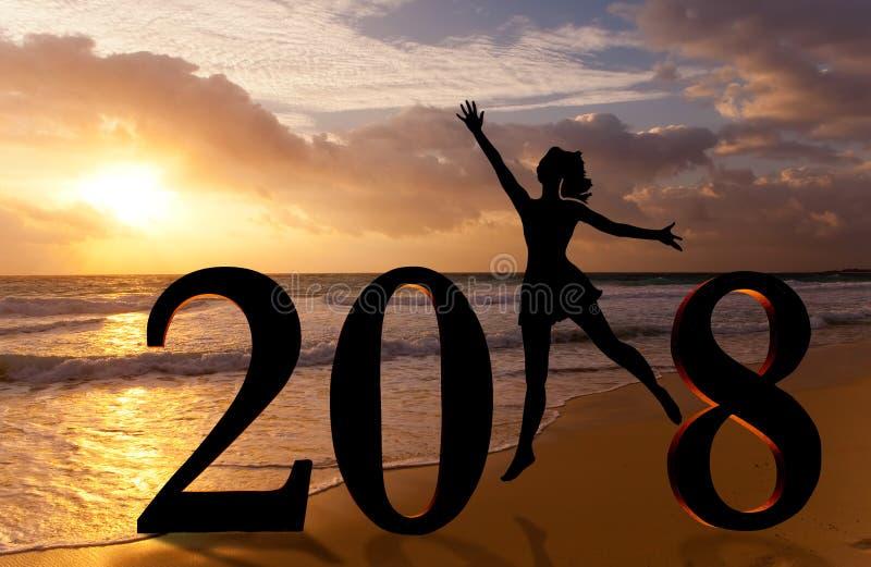 Carta 2018 del buon anno Profili la giovane donna che salta sulla spiaggia tropicale sopra il mare e sul numero 2018 con il fondo immagini stock libere da diritti