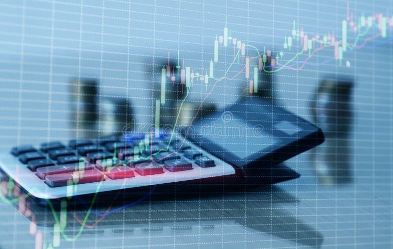 Carta del gr?fico y filas financieras de monedas con la calculadora imagen de archivo libre de regalías