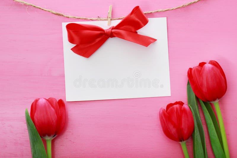 Carta del messaggio con i tulipani rossi fotografia stock