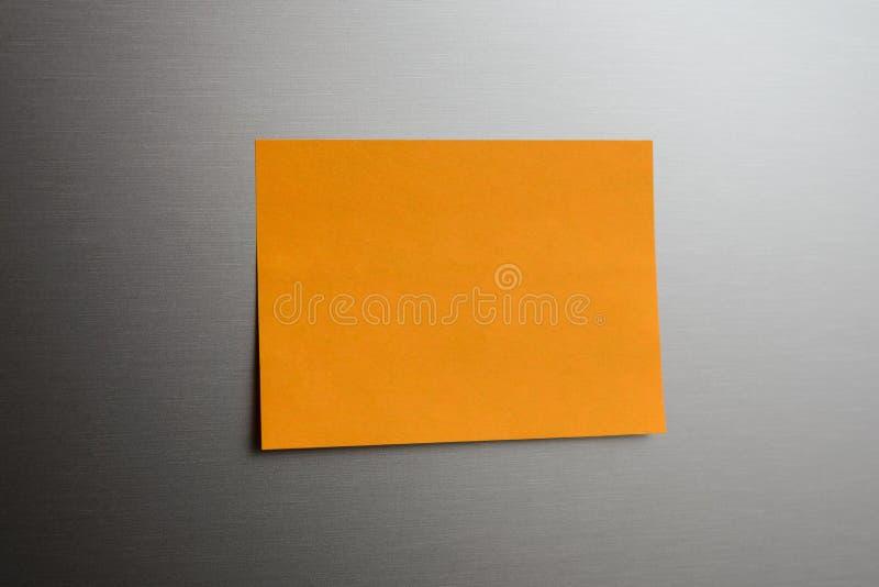 Carta del messaggio incollata sulla superficie di metallo immagine stock