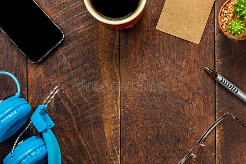 Carta dell'etichetta di vista superiore, cuffie, smartphone, penna, caffè, cactus, eyeg fotografia stock libera da diritti