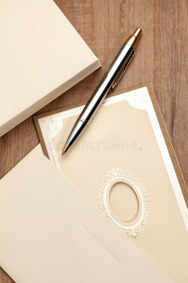 Carta dell'invito con la penna immagine stock