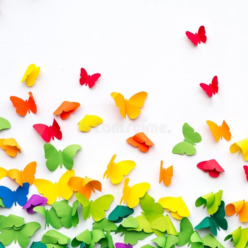 Carta della farfalla tagliata su fondo bianco immagine stock