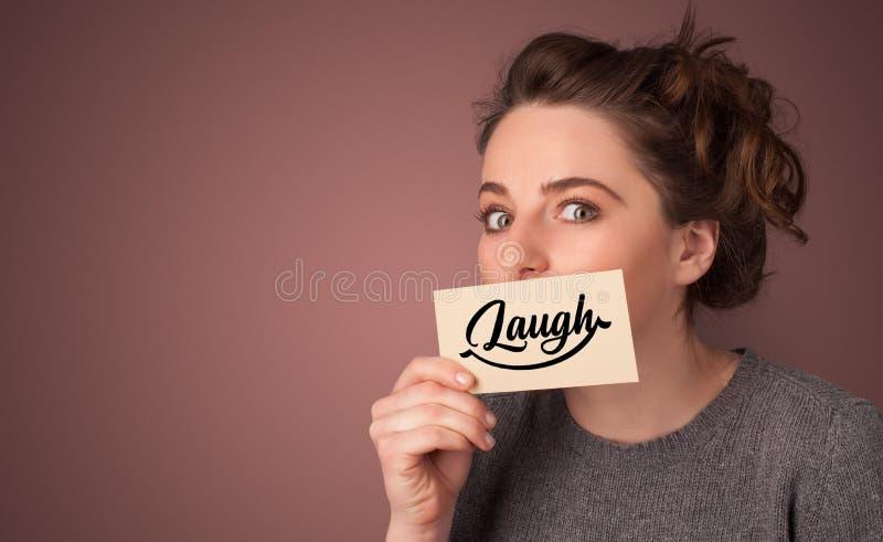 Carta della tenuta della persona con il sorriso immagine stock
