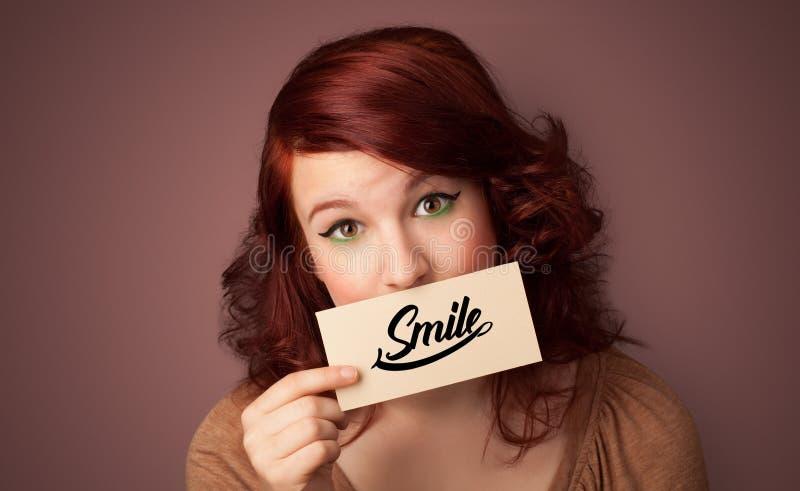 Carta della tenuta della persona con il sorriso fotografie stock libere da diritti