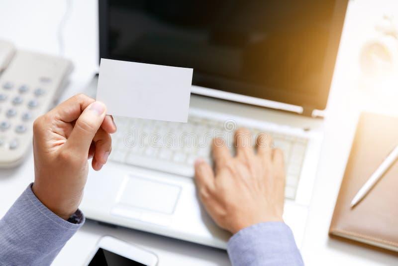 Carta di carta in bianco della tenuta dell'uomo d'affari a disposizione immagini stock libere da diritti