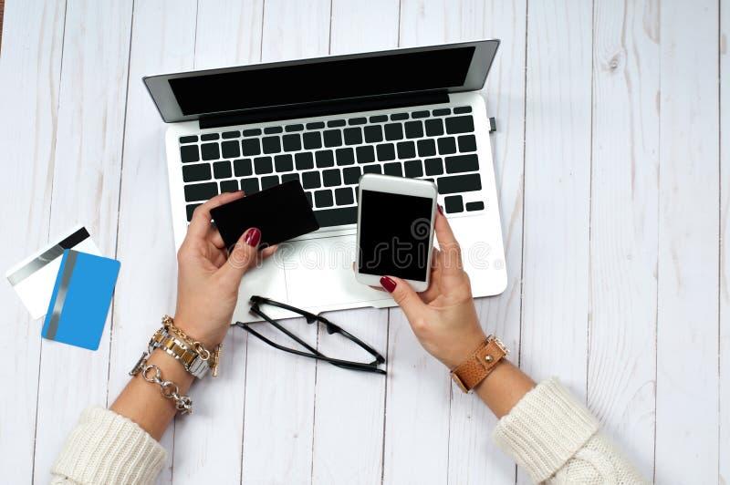 Carta di credito della tenuta della donna e computer portatile usando Concetto online di acquisto immagine stock libera da diritti