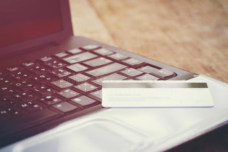 Carta di credito ed usando credito di compera online e la carta di debito di concetto di pagamento facile del computer portatile  immagini stock