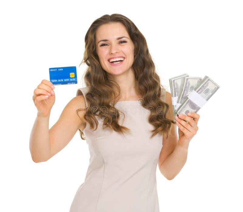 Carta di credito felice della tenuta della donna e dollari di pacchetti immagini stock libere da diritti