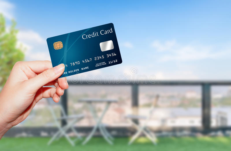 Carta di credito femminile della holding della mano fotografie stock libere da diritti