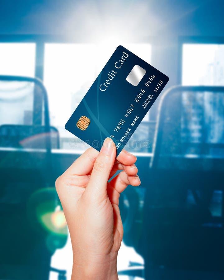 Carta di credito femminile della holding della mano immagini stock libere da diritti