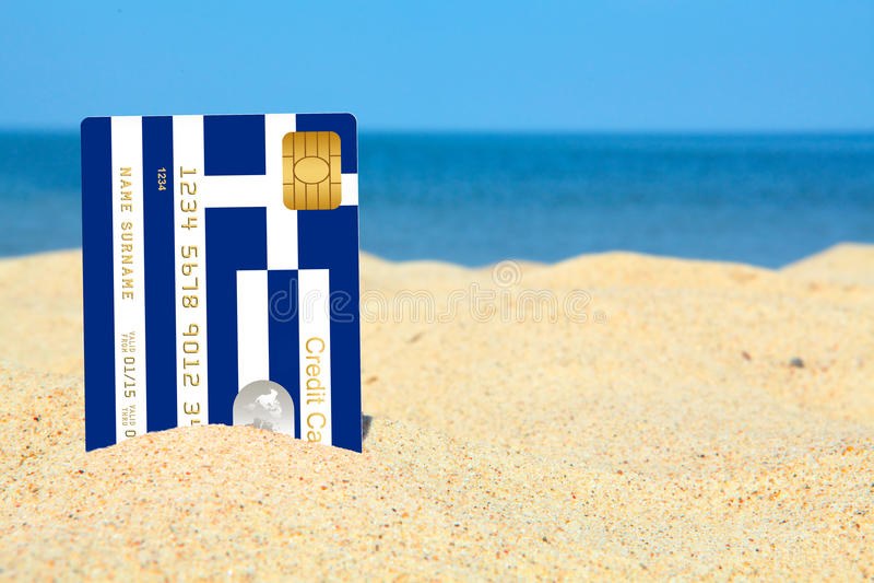 Carta di credito greca sulla spiaggia fotografia stock libera da diritti