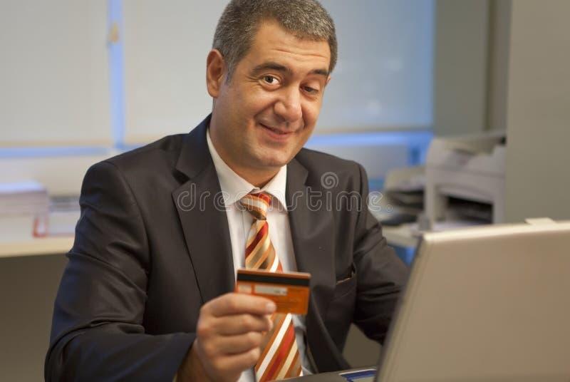 Carta di credito in linea del buy del mercato dell'uomo d'affari fotografia stock