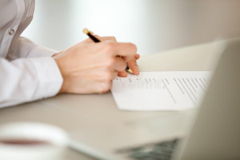Carta di firma della donna di affari, mano femminile che mette firma sui Bu immagini stock libere da diritti
