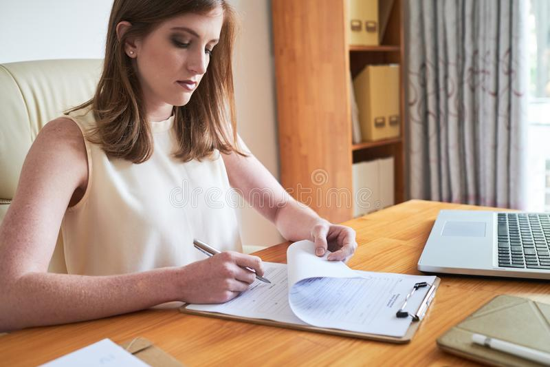 Carta di firma della donna di affari seria fotografia stock libera da diritti