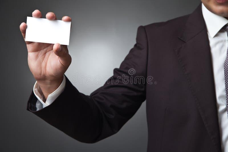 Carta di manifestazione dell'uomo di affari su fondo grigio scuro immagine stock libera da diritti