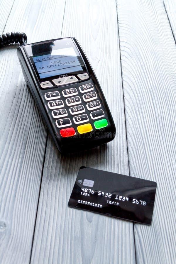 Carta di pagamento tramite il terminale nel fondo di legno di vista superiore del deposito immagini stock libere da diritti