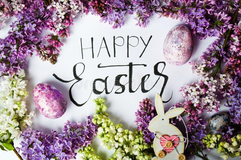 Carta di pasqua con i fiori della molla e le uova dipinte immagine stock libera da diritti