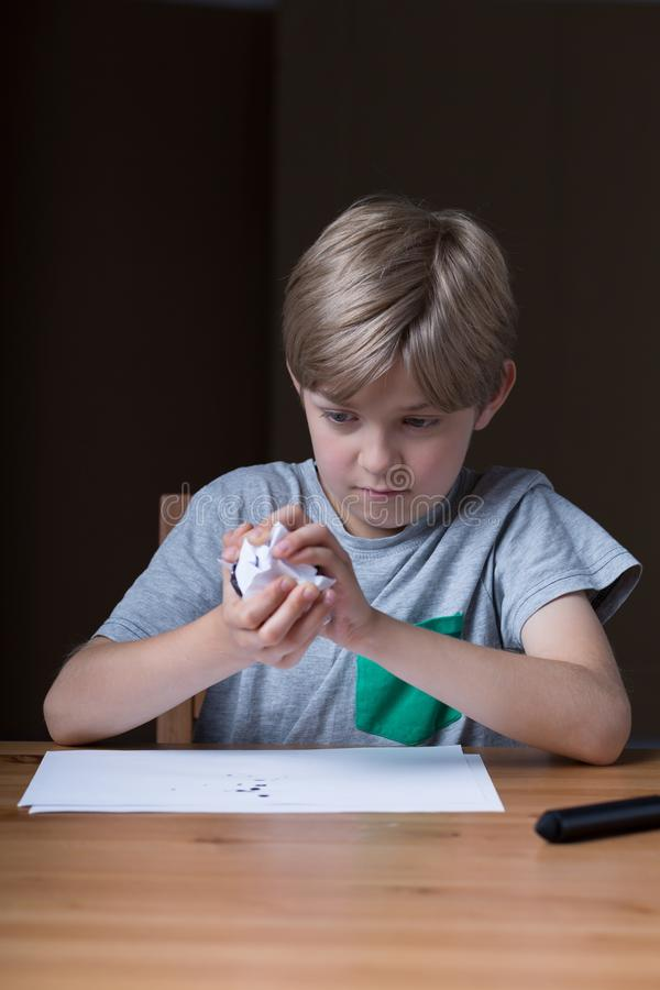 Carta di sgualcitura dispiaciuta del bambino fotografia stock libera da diritti