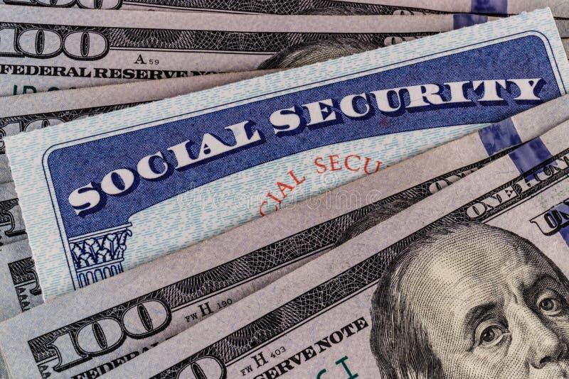 Carta di sicurezza sociale e un letto di soldi che rappresenta l'alto costo della vita su un reddito fisso II fotografia stock libera da diritti