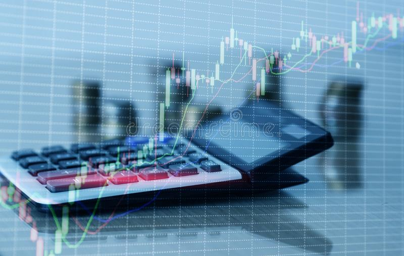 Carta do gr?fico e fileiras financeiras das moedas com calculadora imagem de stock royalty free