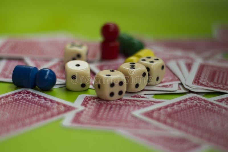 Carta ed elementi del gioco da tavolo fotografia stock libera da diritti