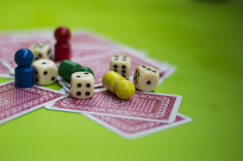 Carta ed elementi del gioco da tavolo fotografie stock