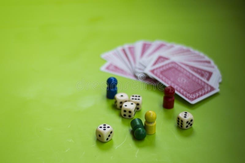 Carta ed elementi del gioco da tavolo immagine stock libera da diritti