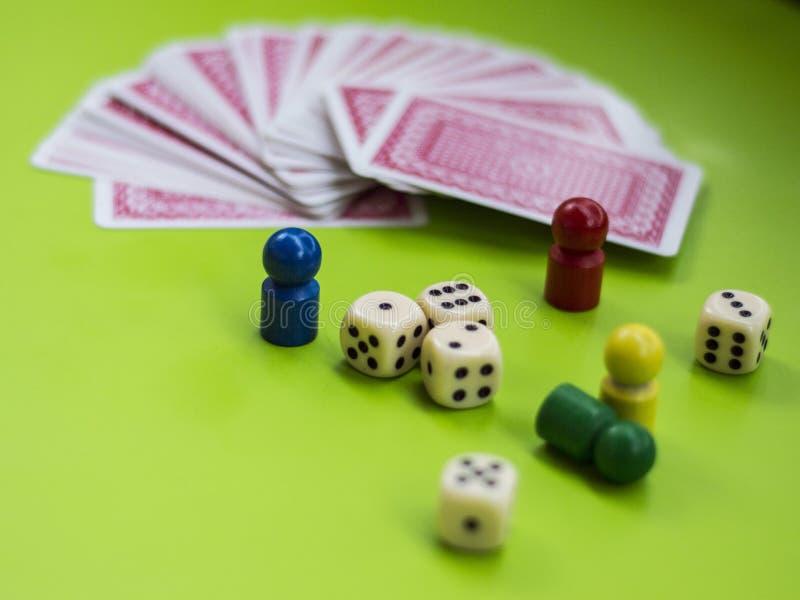 Carta ed elementi del gioco da tavolo immagini stock libere da diritti