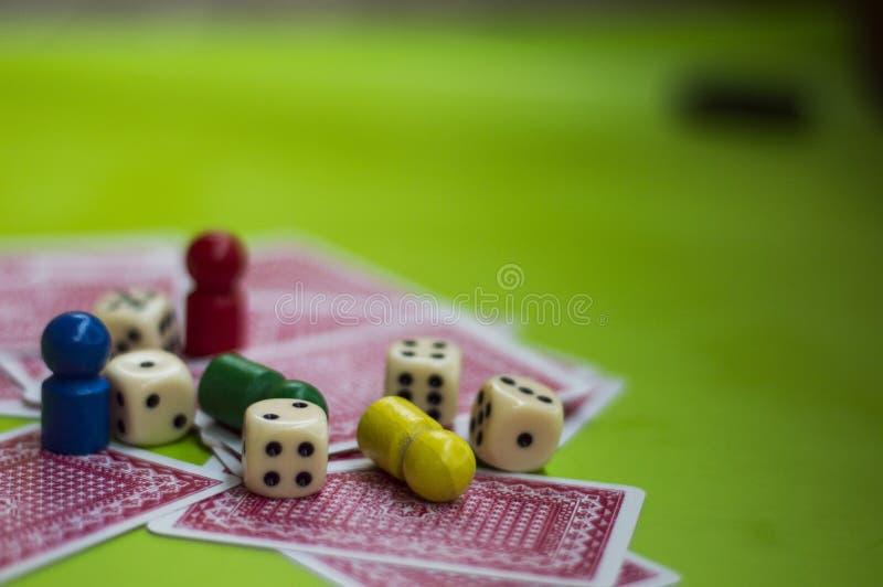 Carta ed elementi del gioco da tavolo fotografia stock