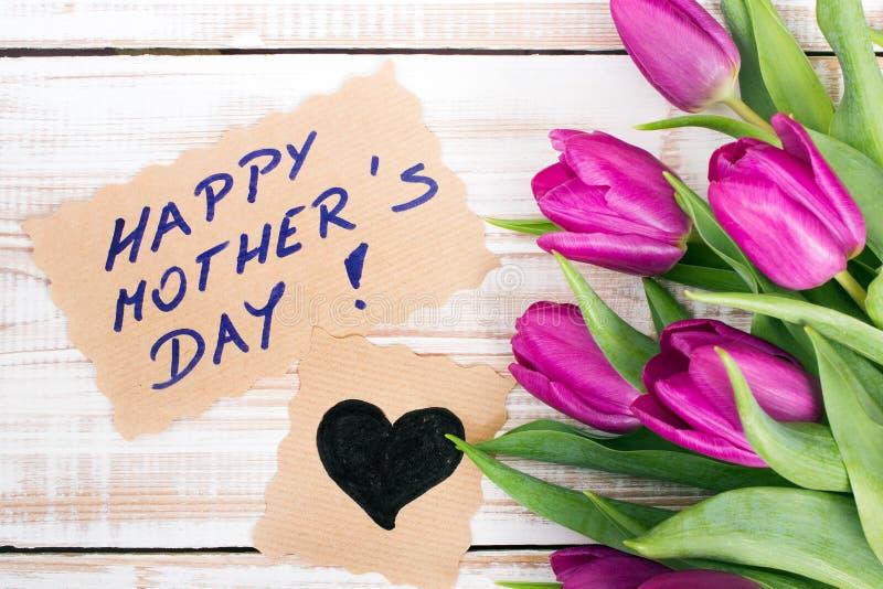 Carta felice di festa della Mamma e un mazzo di bei tulipani immagini stock libere da diritti
