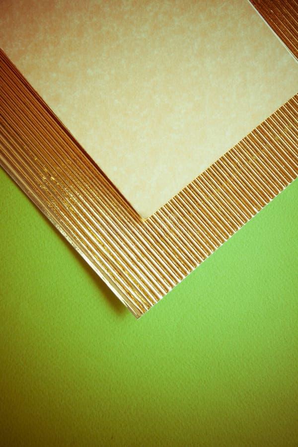 Carta flutted dorata su verde fotografie stock libere da diritti