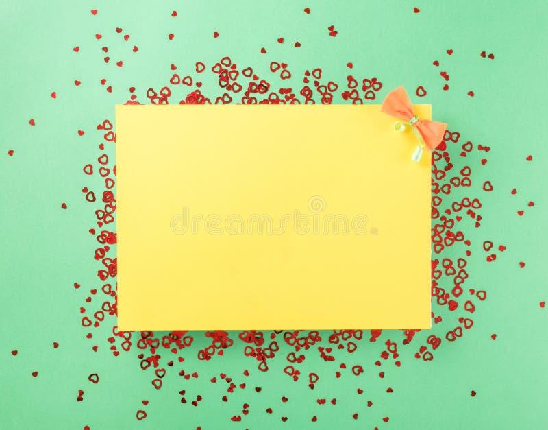 Carta gialla in bianco con i piccoli cuori rossi fotografia stock libera da diritti