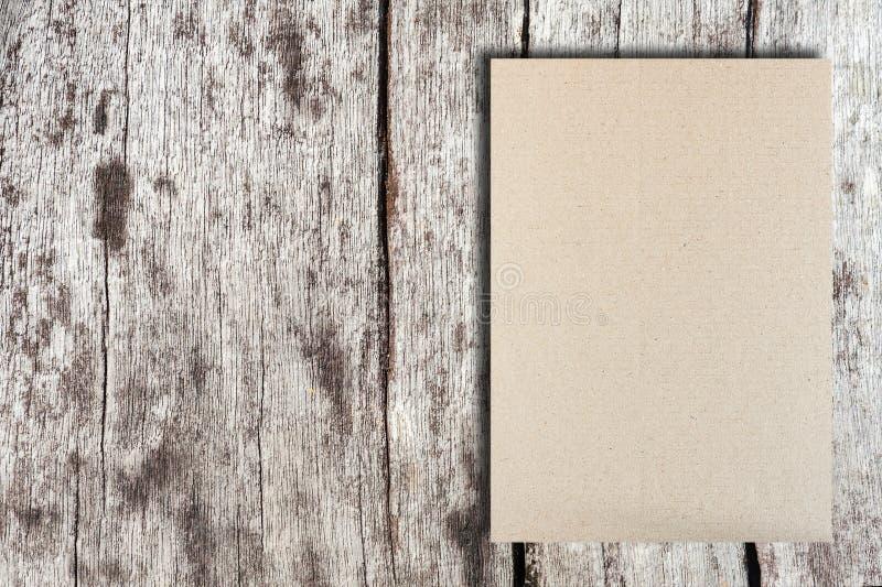 Carta grigia ripiegabile del modello su struttura di legno fotografia stock libera da diritti