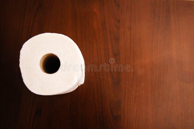Carta igienica bianca su una tavola di legno fotografia stock
