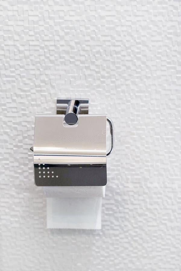 Carta igienica in cromo di lusso, decorazione interna del bagno di lusso, b fotografia stock libera da diritti