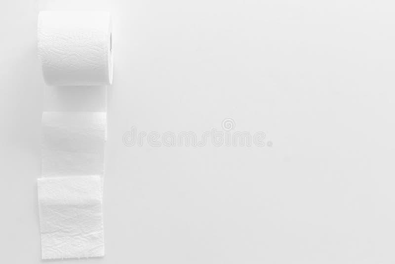 Carta igienica per il concetto di malattie di proctologia su derisione bianca di vista superiore del fondo su immagini stock libere da diritti