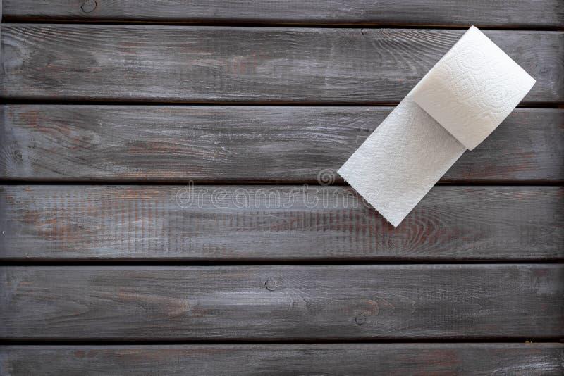 Carta igienica per il concetto di malattie di proctologia sul modello di legno di vista superiore del fondo fotografia stock