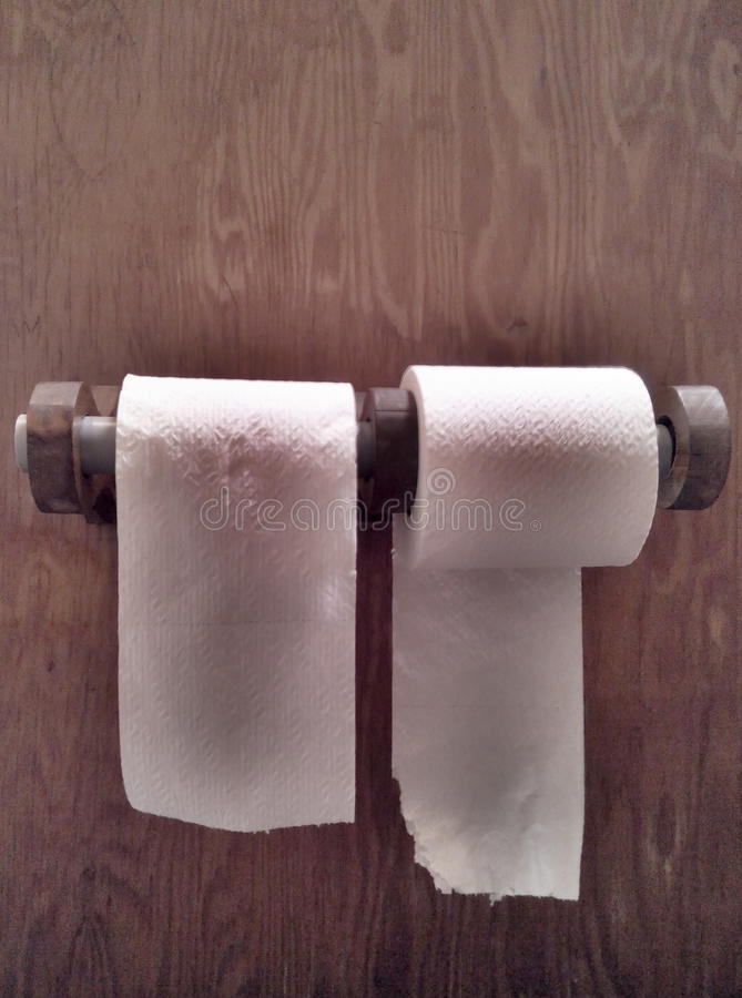 Carta igienica Rolls sulla parete di legno immagini stock
