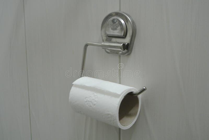 Carta igienica sulla parete del bagno immagine stock libera da diritti