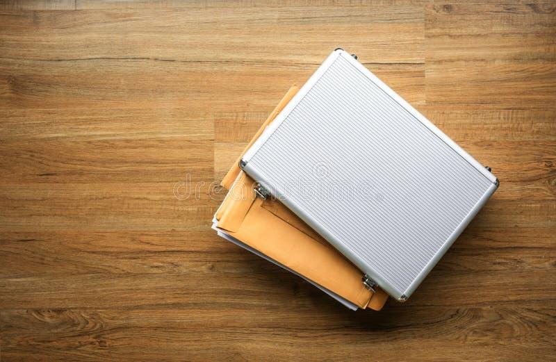 Carta importante del documento in metallo della scatola di sicurezza sulla tavola di legno Gestione di impresa concetti di sicure fotografia stock libera da diritti
