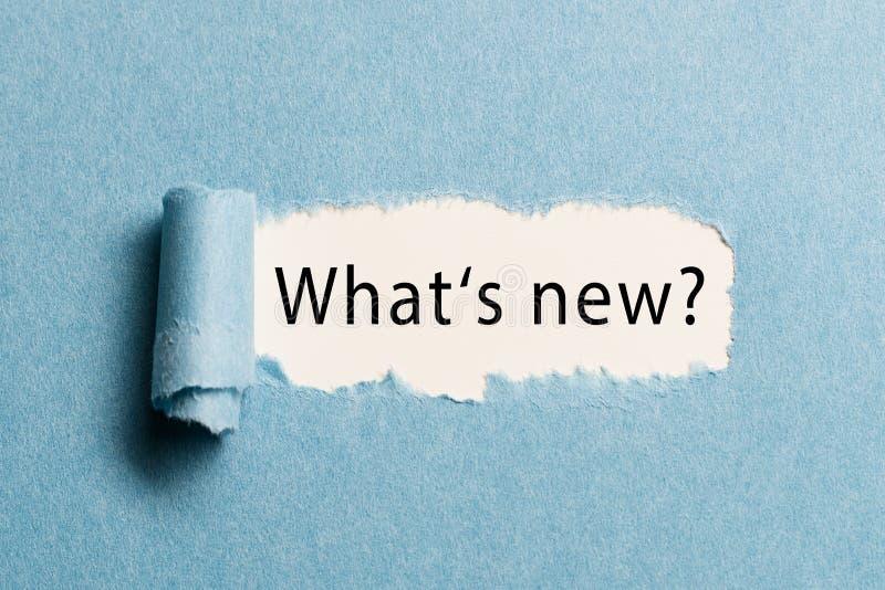 """Carta lacerata che rivela la frase """"che cosa è nuovo? """" immagini stock libere da diritti"""