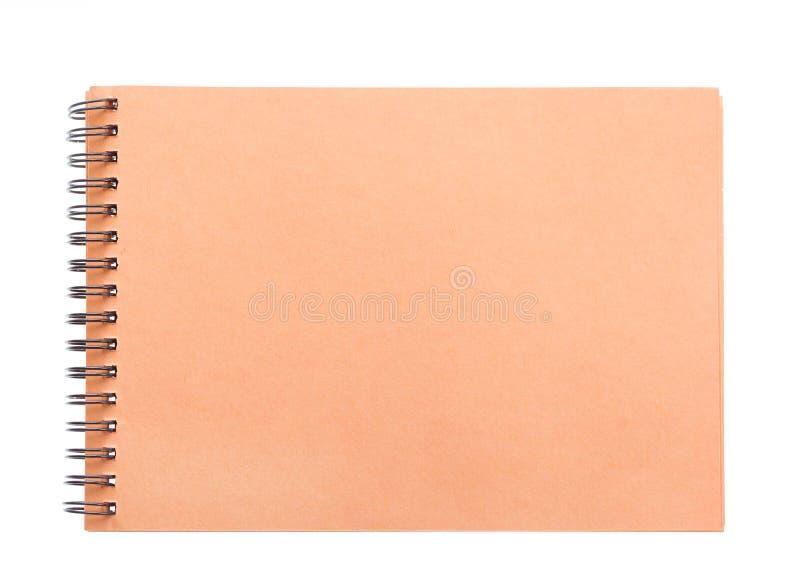 Carta marrone a spirale in bianco della copertina del taccuino della carta marrone isolata su bianco fotografia stock libera da diritti
